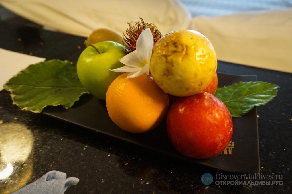 Фрукты в подарок гостям отеля Banyan Tree Vabbinfaru в Мальдивах