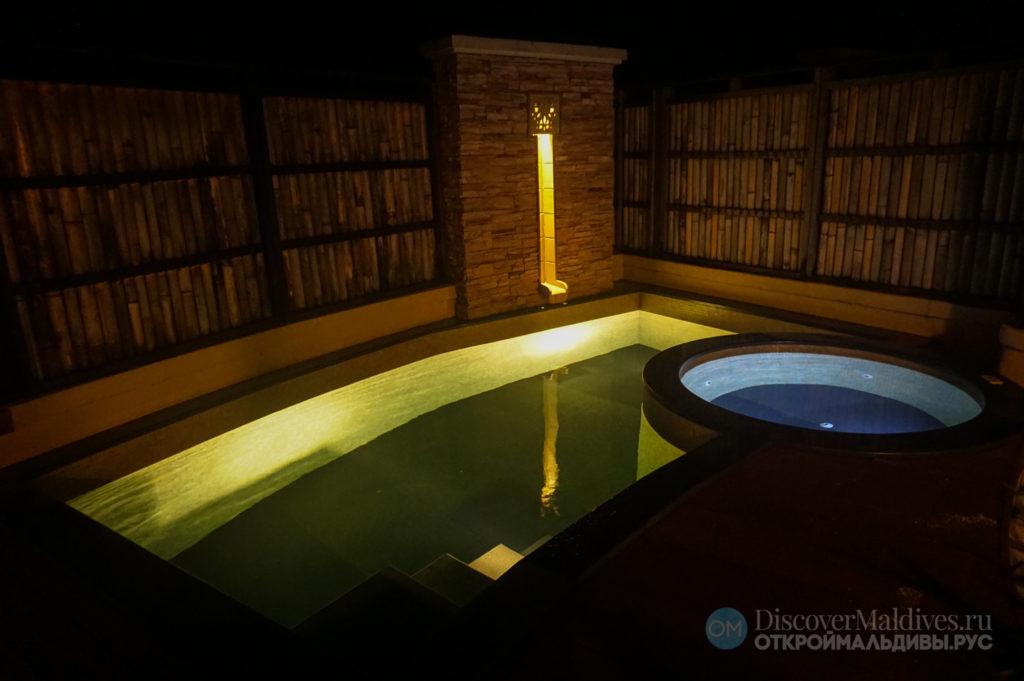 Личный бассейн с джакузи в отеле Баньян Три Ваббинфару на Мальдивах