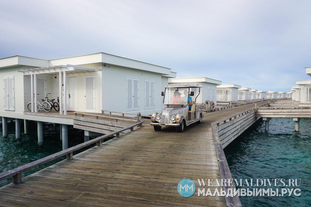 Электромобиль багги среди водных вилл отеля Amilla Fushi Maldives