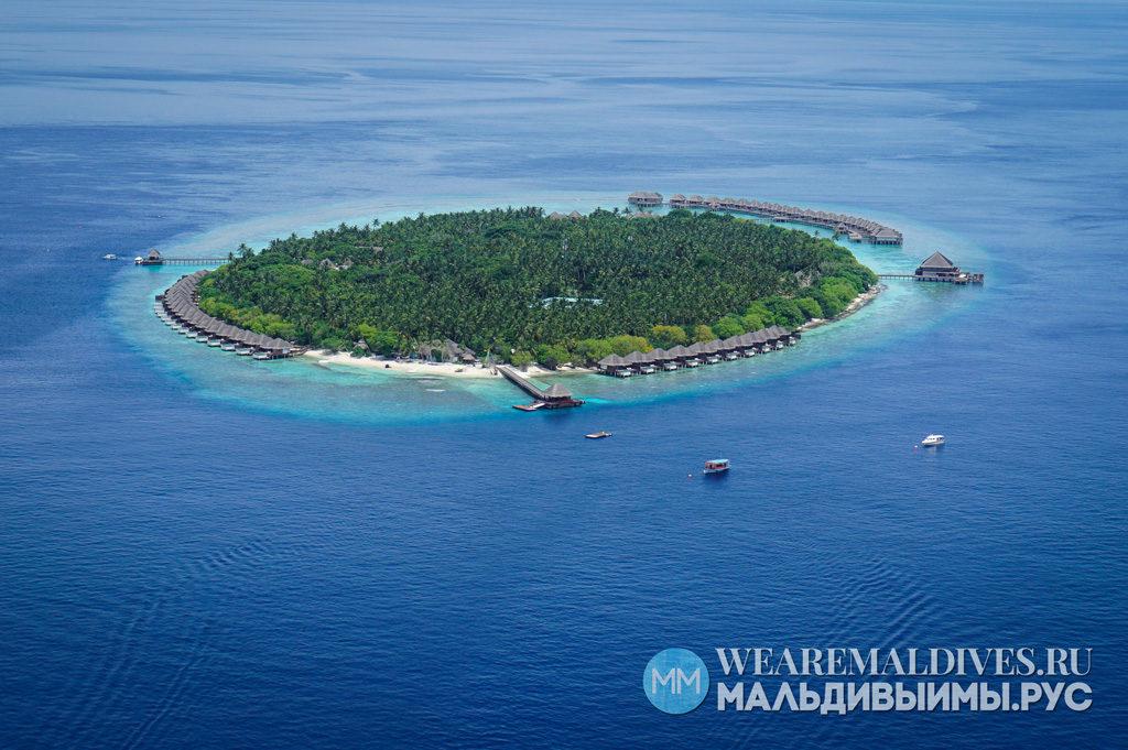 Вид из самолета на отельный остров на Мальдивах