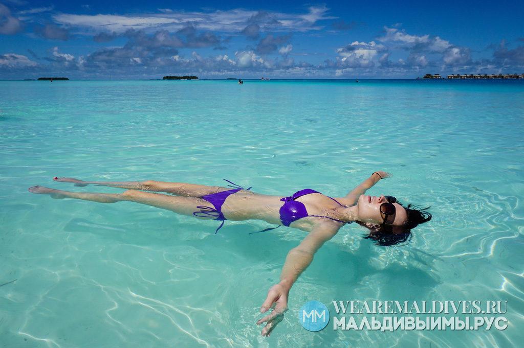 Девушка в овде лагуны острова отеля Ангсана Велавару Мальдивы