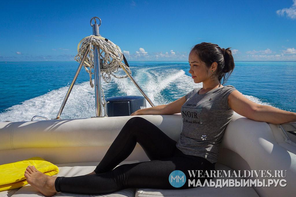Девушка на катере в лагуне острова Angsana Velavaru