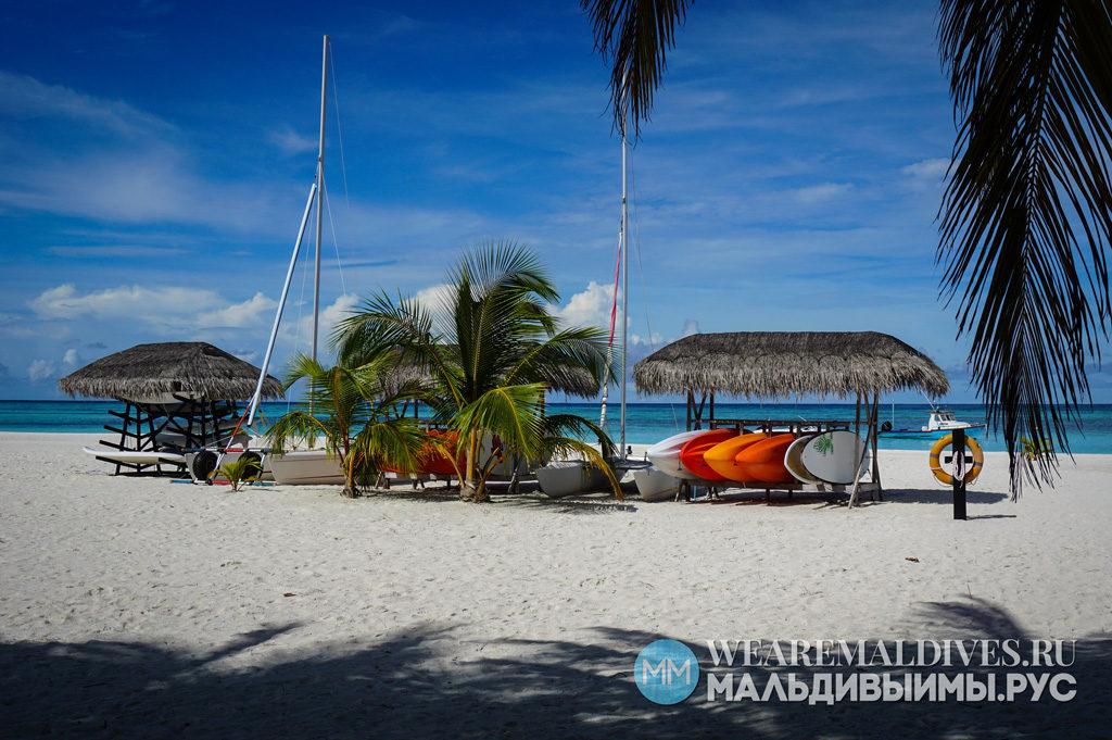 Катамараны и паддлборды на пляже острова Angsana Velavaru