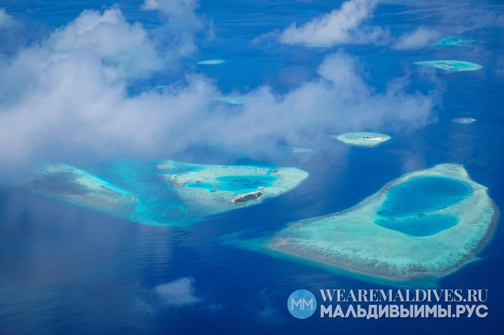 Вид на атоллы из иллюминатора гидросамолета на Мальдивах