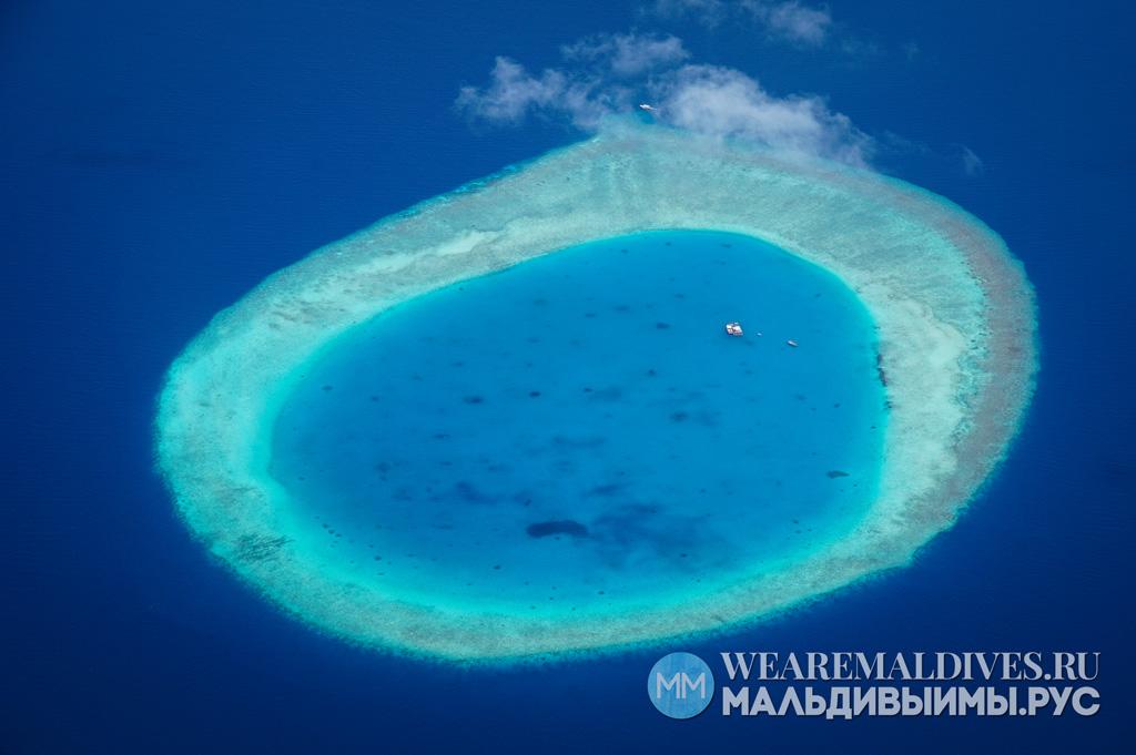 Вид на атолл в Мальдивах из самолета
