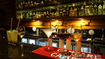 Алкогольные коктейли в баре отеля Dusit Thani Maldives