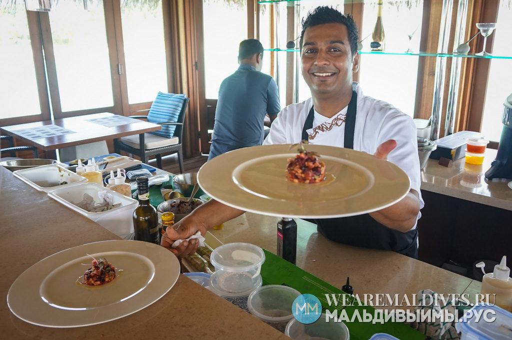 Повар в ресторане RAW курорта Huvafen Fushi