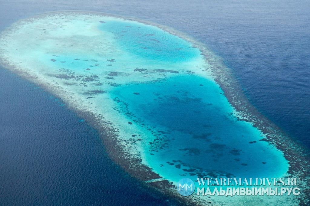 Вид из самолета на мМальдивский атолл в Индийском океане