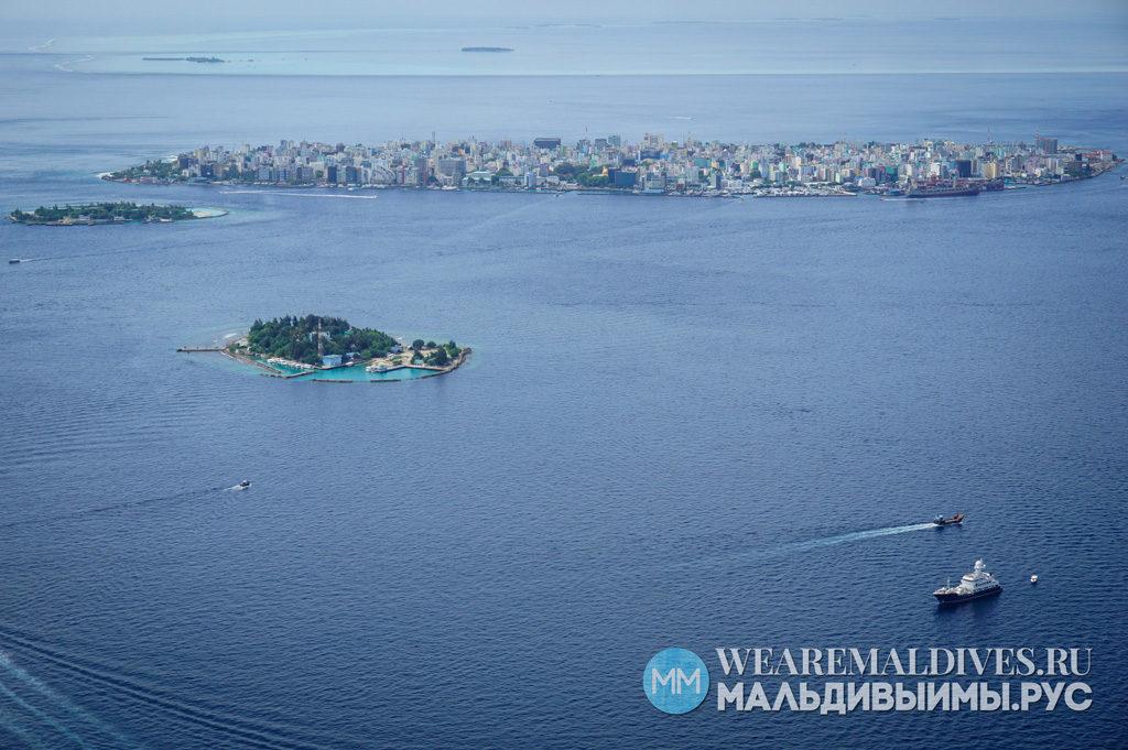 Вид из самолета на остров Мале, столицу Мальдив