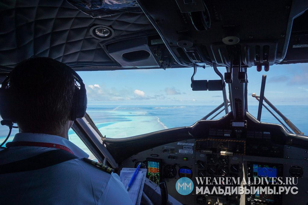 Кабина пилота гидросамолета в небе над Мальдивами