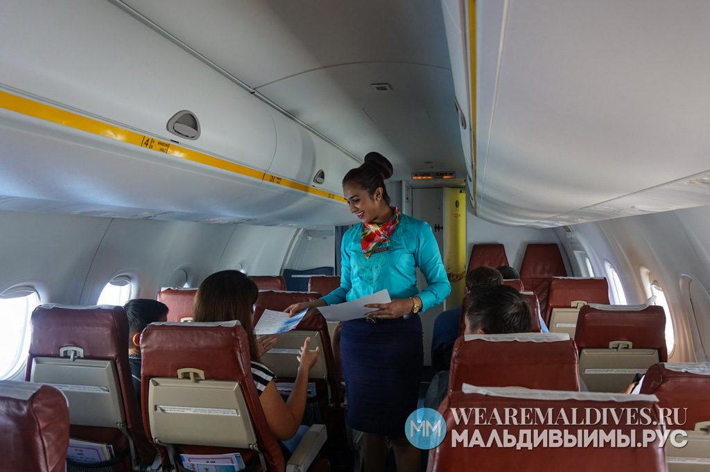 Вручение сертификата о пересечении экватора в самолете в небе над Мальдивами