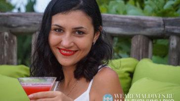 Девушка с коктейлем от мальдивского шеф-повара