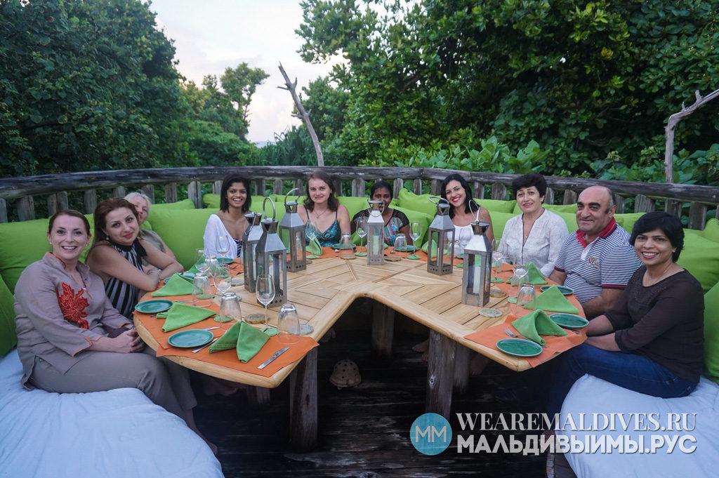 Команда Мальдивы и мы и менеджмент отеля Soneva Fushi за ужином