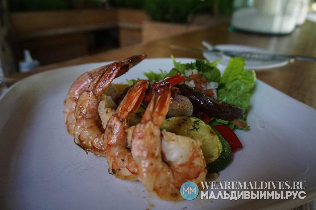 Блюдо из креветок в ресторане мальдивского отеля Сонева Фуши