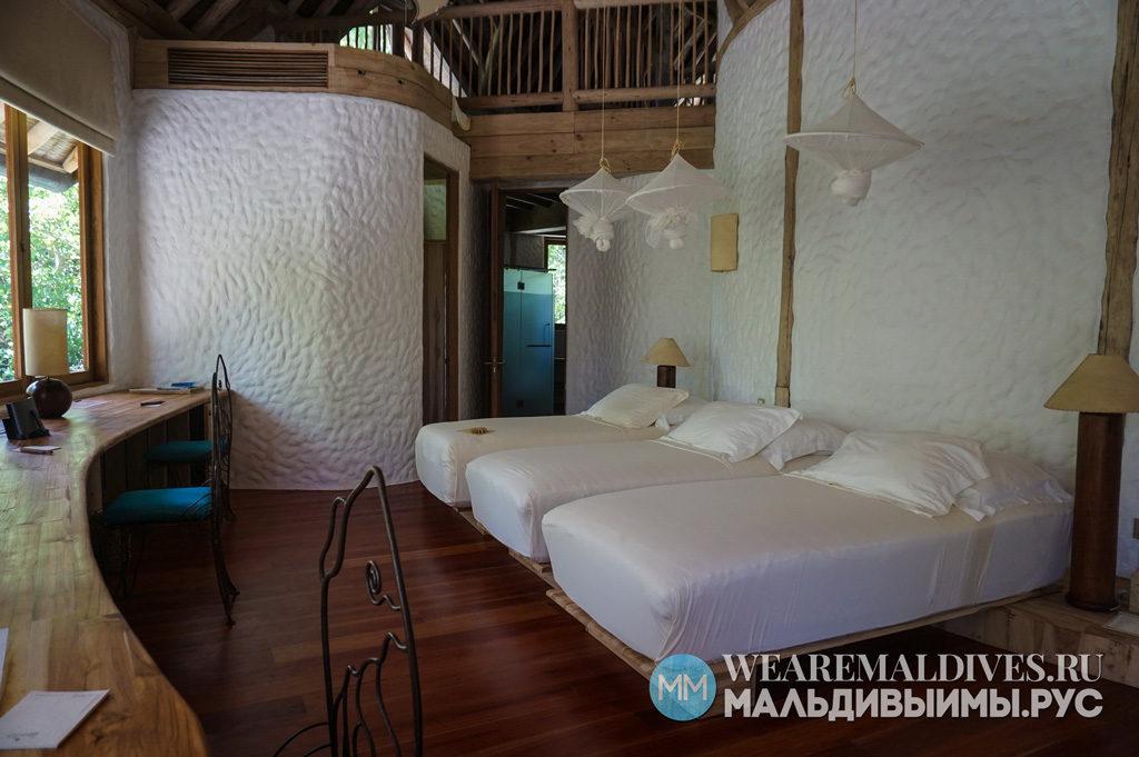 Три кровати в спальне виллы в Soneva Fushi Maldives