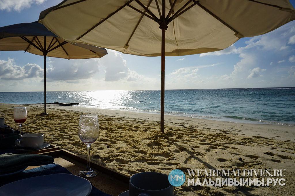 Завтрак на пляже в острове-отеле Soneva Fushi на Мальдивах