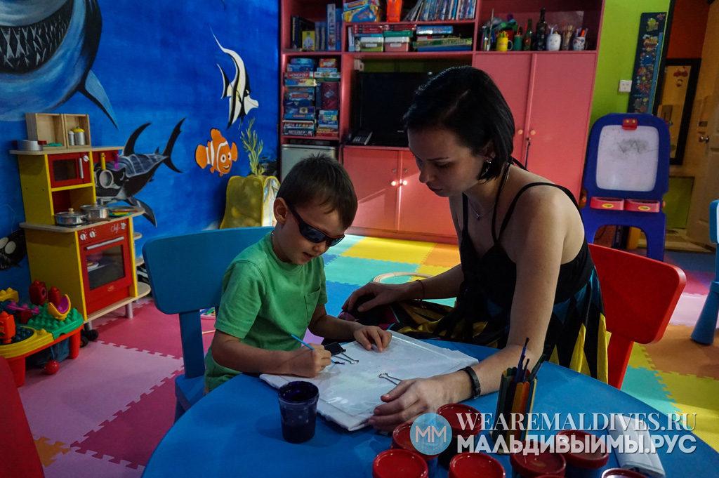Занятие рисованием в детском клубе отеля Angsana Velavaru Maldives