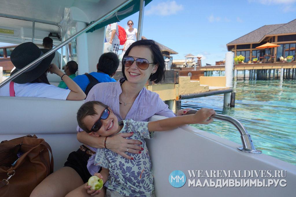 Мама с сыном на скоростной лодке мальдивского курорта
