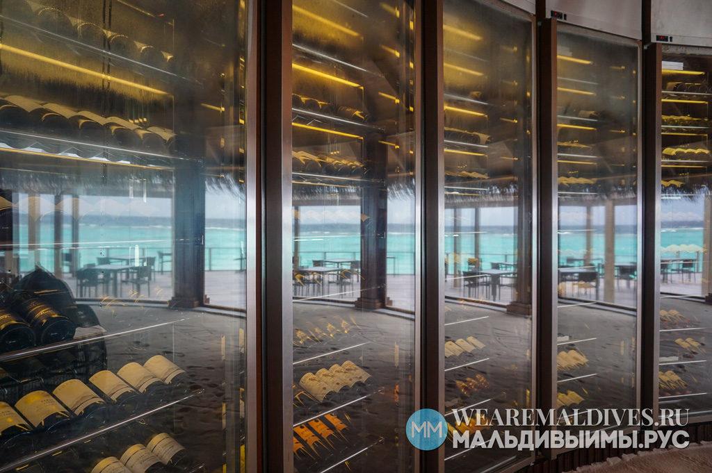 Винная комната в отеле Dusit Thani Maldives