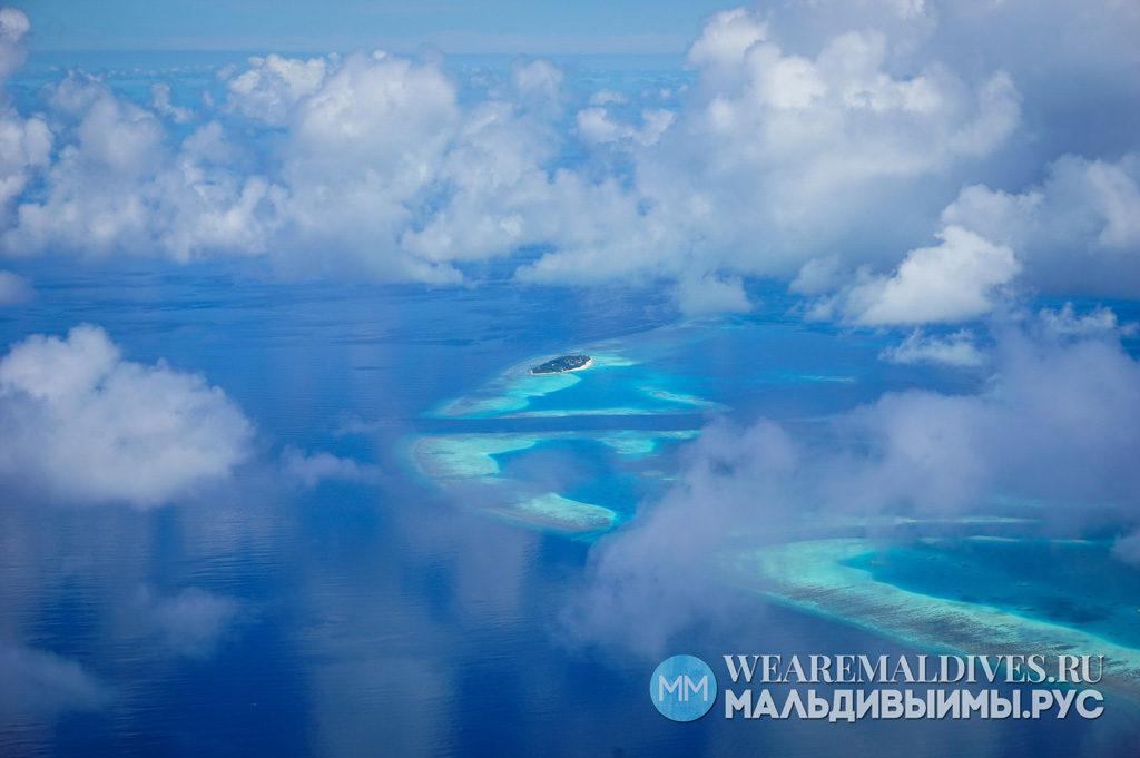 Вид на океан и остров в Мальдивах из самолета