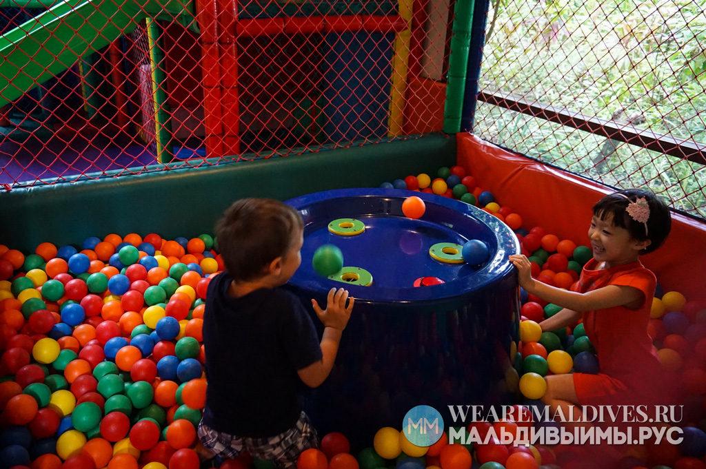 Дети играют в дестком клубе Cool Zone в отеле Shangri-La's Villingili
