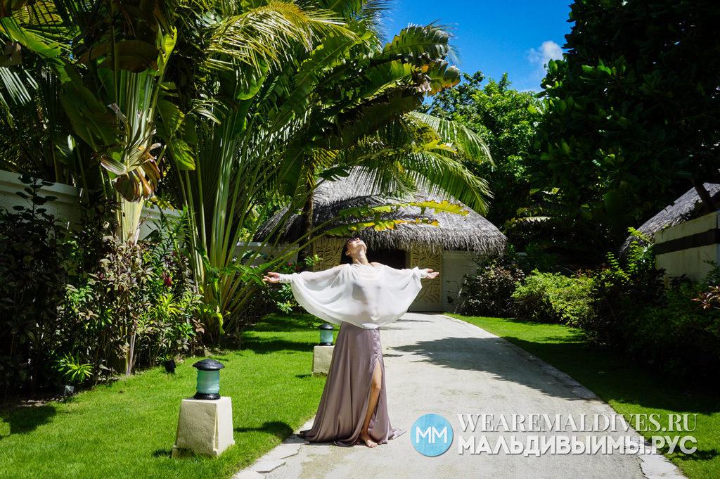 Девушка на приватной территории роскошной пляжной виллы отеля Shangri-La Villingili на Мальдивах