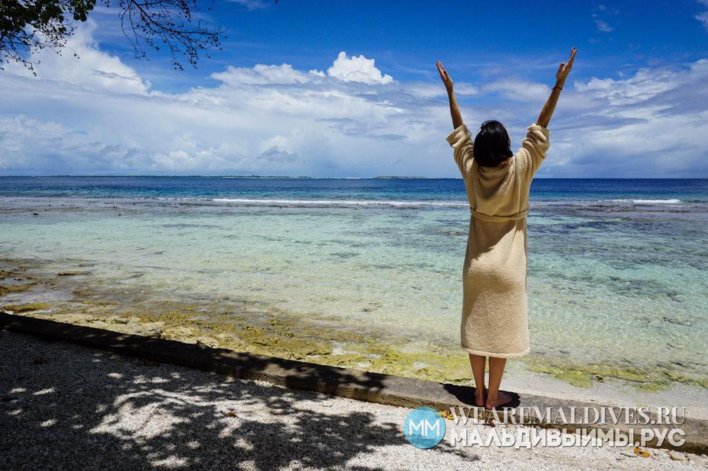 Девушка на берегу мальдивского острова Shangri-La's Villingili