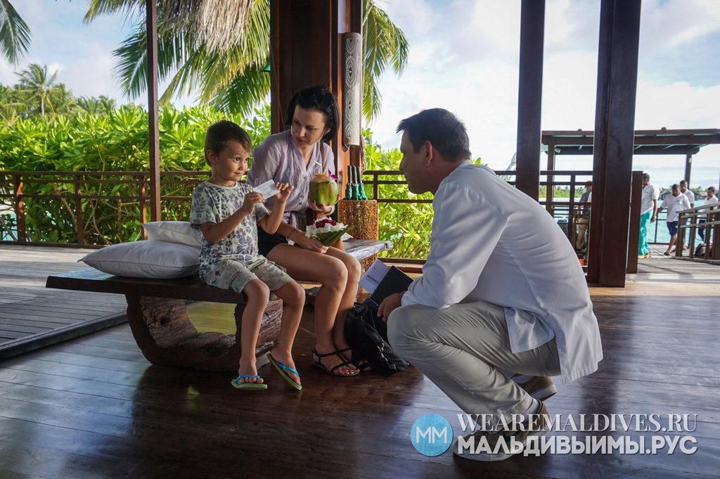 Гости отеля Shangri-La Maldives на рецепции