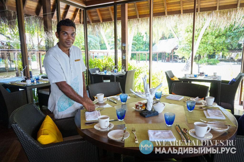 Официант ресторана Shangri-La Jaavu