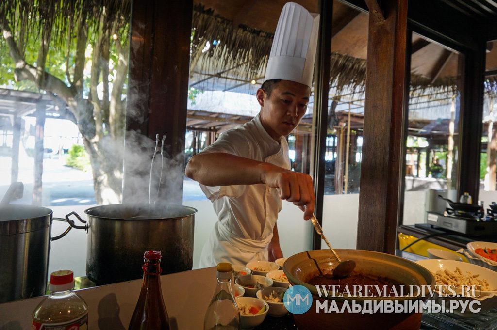 Повар ресторана Jaavu отеля Shangri-La's Villingili за работой