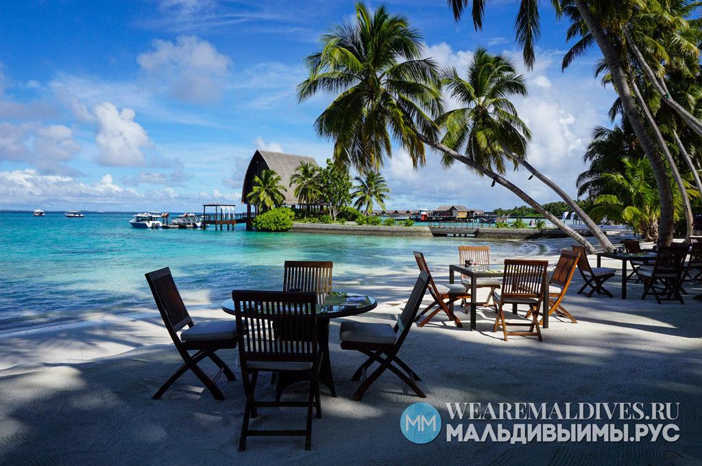 Столики на берегу океана в ресторане Jaavu отеля Шангри Ла Мальдивы